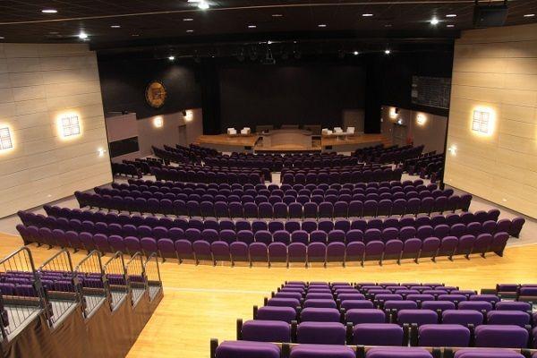 Луксозни столове и седалки за мултифункционална зала