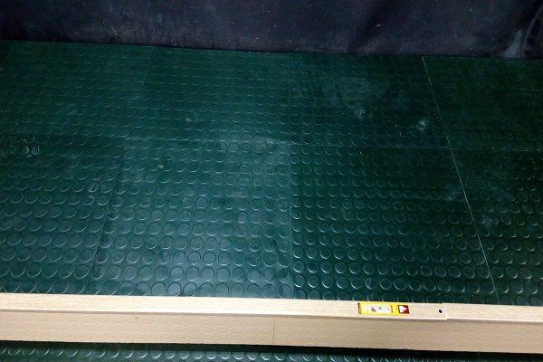 Доставка и полагане на здрава каучукова настилка на плочи